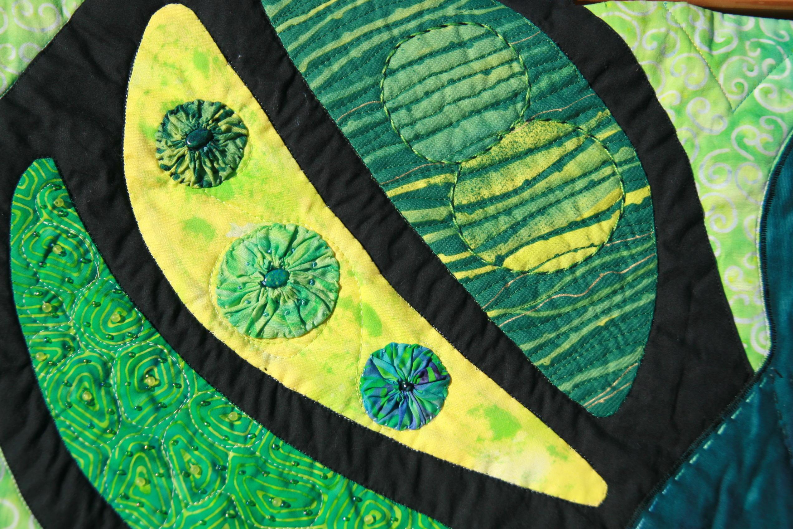 Art quilt con aplicaciones, abalorios, pintura, batik verde