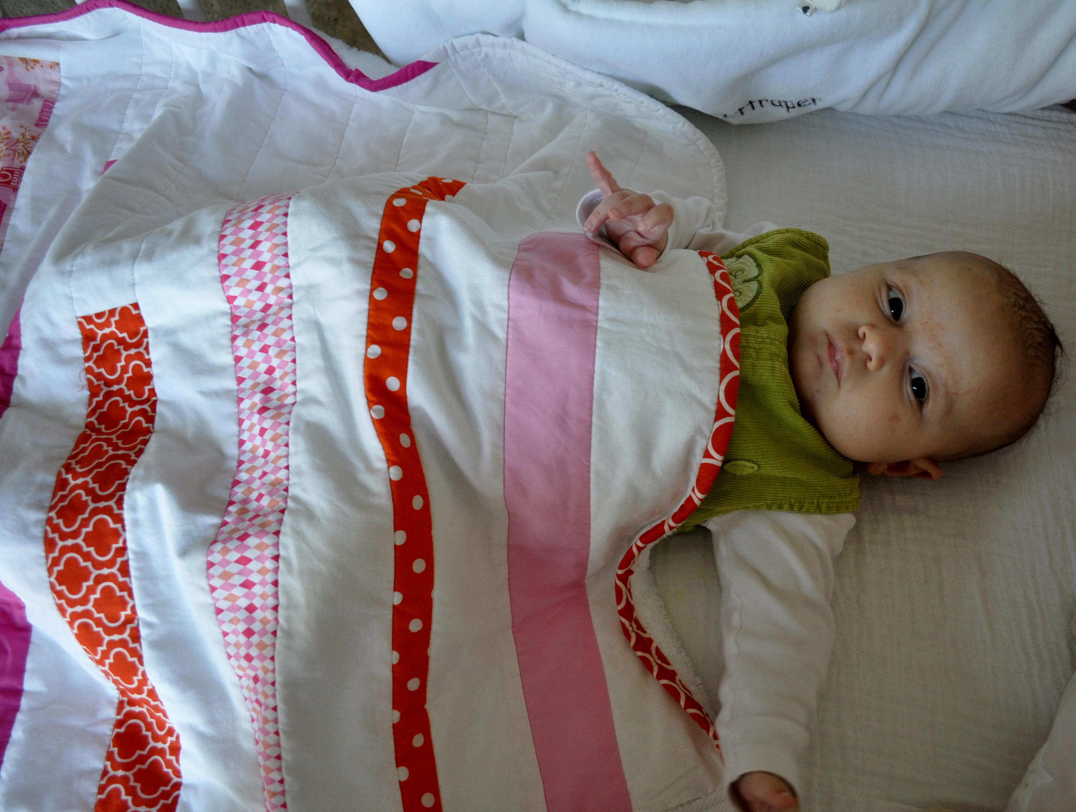 arrullo de patchwork y rizo para niña en blanco rosa y naranja