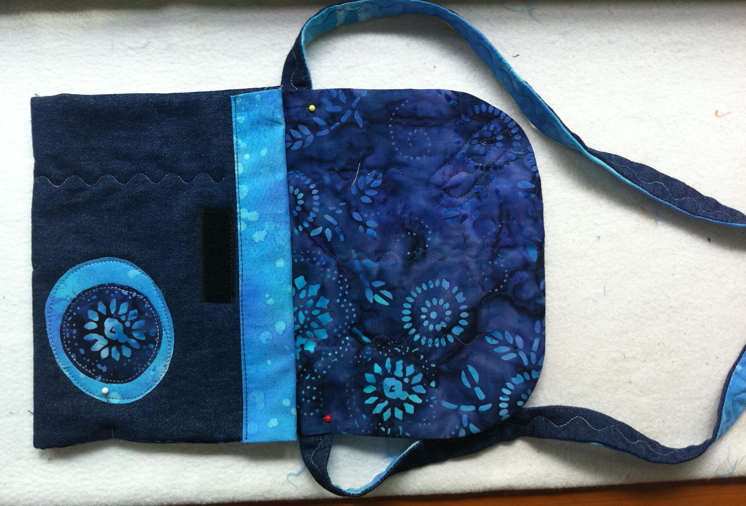 colocar la correo de tela del bolso tejano