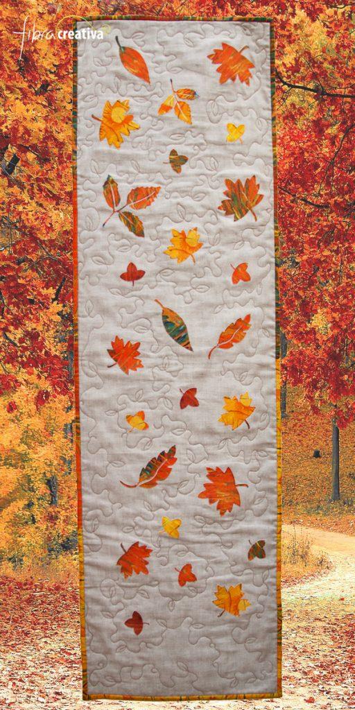 camino de mesa de lino con hojas de otono aplicadas
