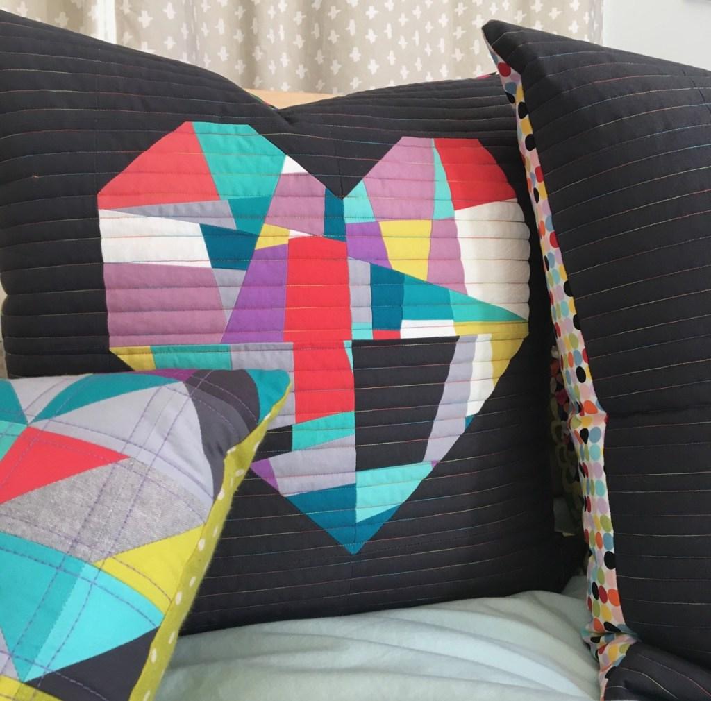 Coussin de patchwork contemporain coeur géant fond gris