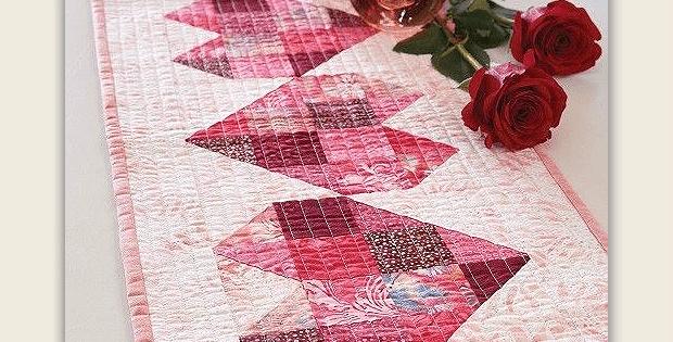 chemin de table en patchwork Saint Valentin avec blocs en forme de coeurs.