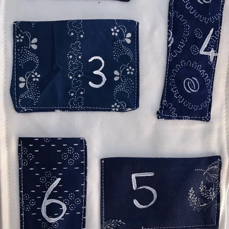 detalle de calendario de advento de tela moderno azul y blanco pintado a mano sobre tela