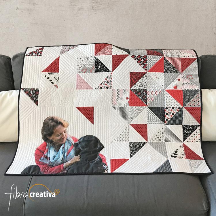 quilt contemporain auoportrait avec mon chien aux triangles - Fibra Creativa
